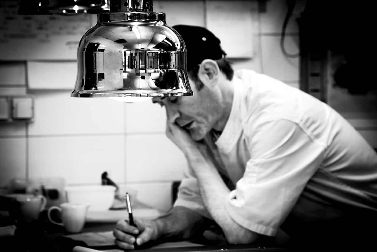 Chef passant commande dans sa cuisine