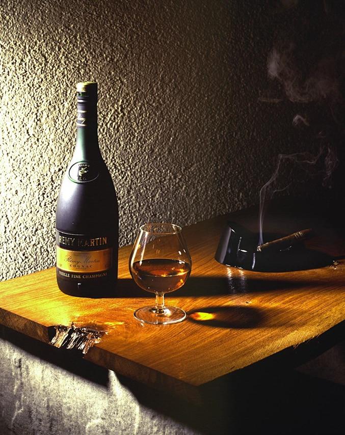 Bouteille de cognac Rémy Martin et son verre