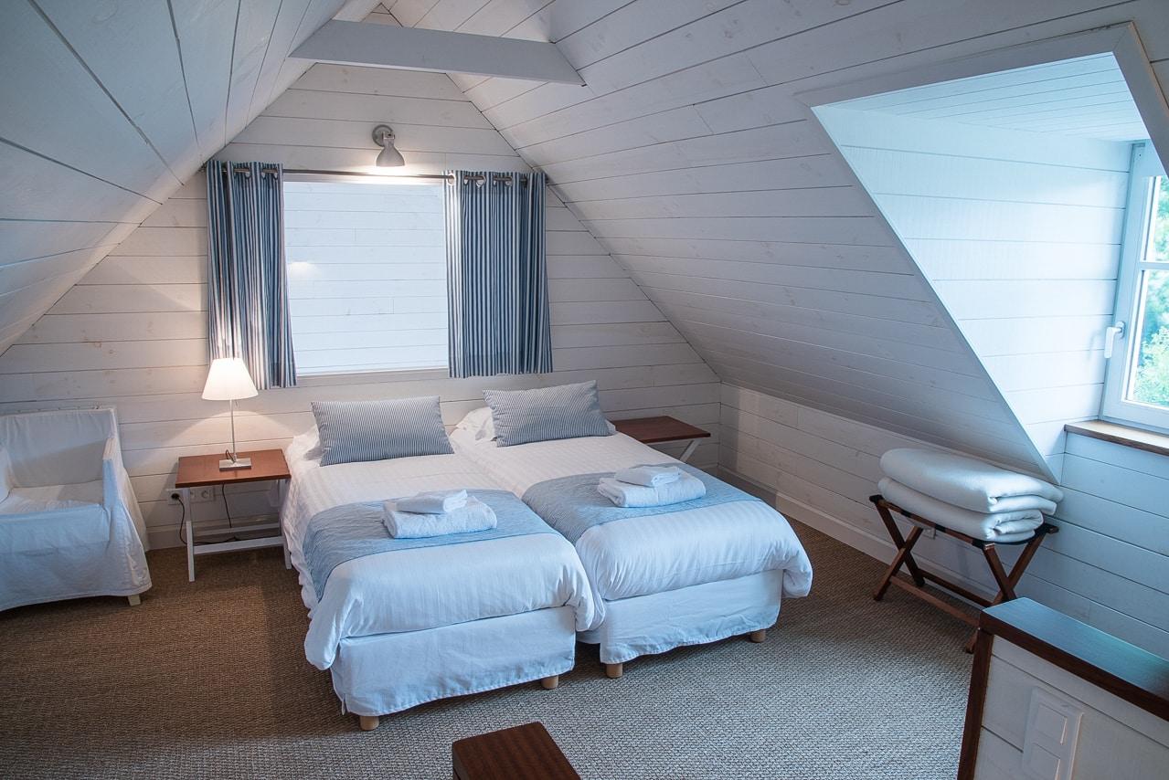 Chambre avec lits jumeaux de l'hôtel Villa Tri Men
