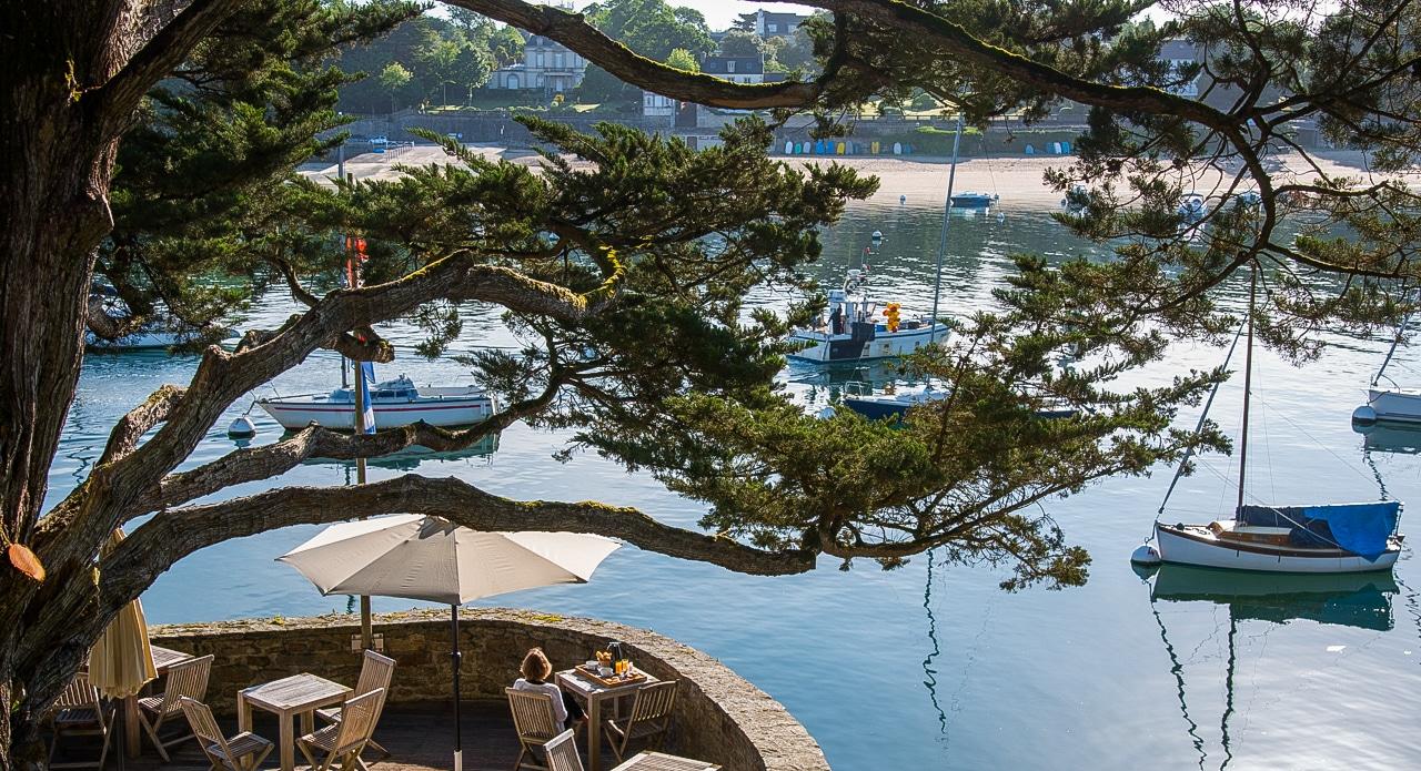Magnifique vue sur le port et la terrasse de l'hôtel
