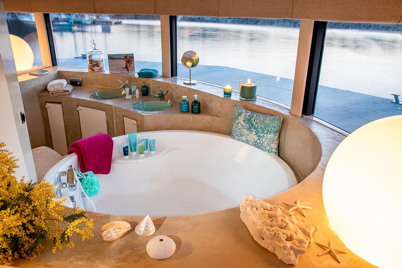 Anthénea – Vue intérieure magnifique salle de bain avec baignoire