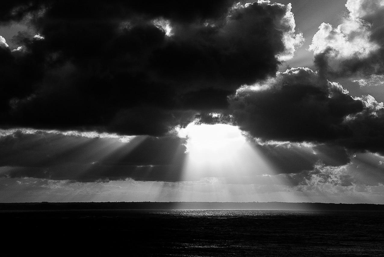 Magnifique coucher de soleil noir et blanc sur la mer