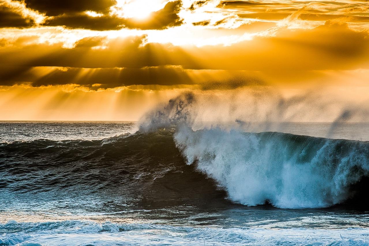 Coucher de soleil au dessus de grandes vagues