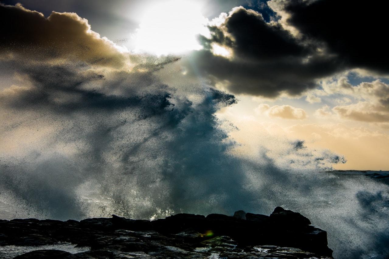Mer très agitée et ciel sombre