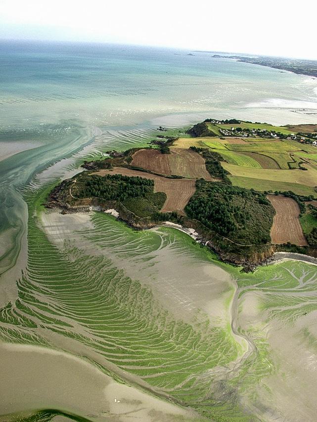 Une île entourée par la mer et sable