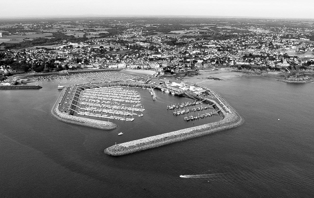 Vue aérienne en noir et blanc du port de Trébeurden
