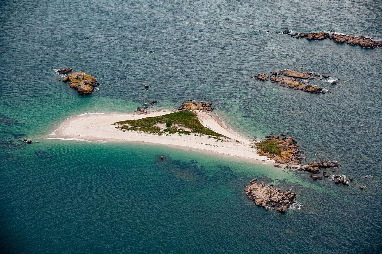 Magnifique photographie d'une île en plein milieu de la Manche