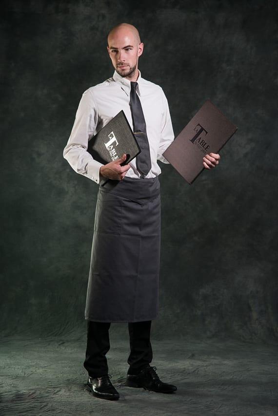 Serveur avec carte du restaurant et des vins, La Table De Mon Père, le restaurant du Castel Beau Site