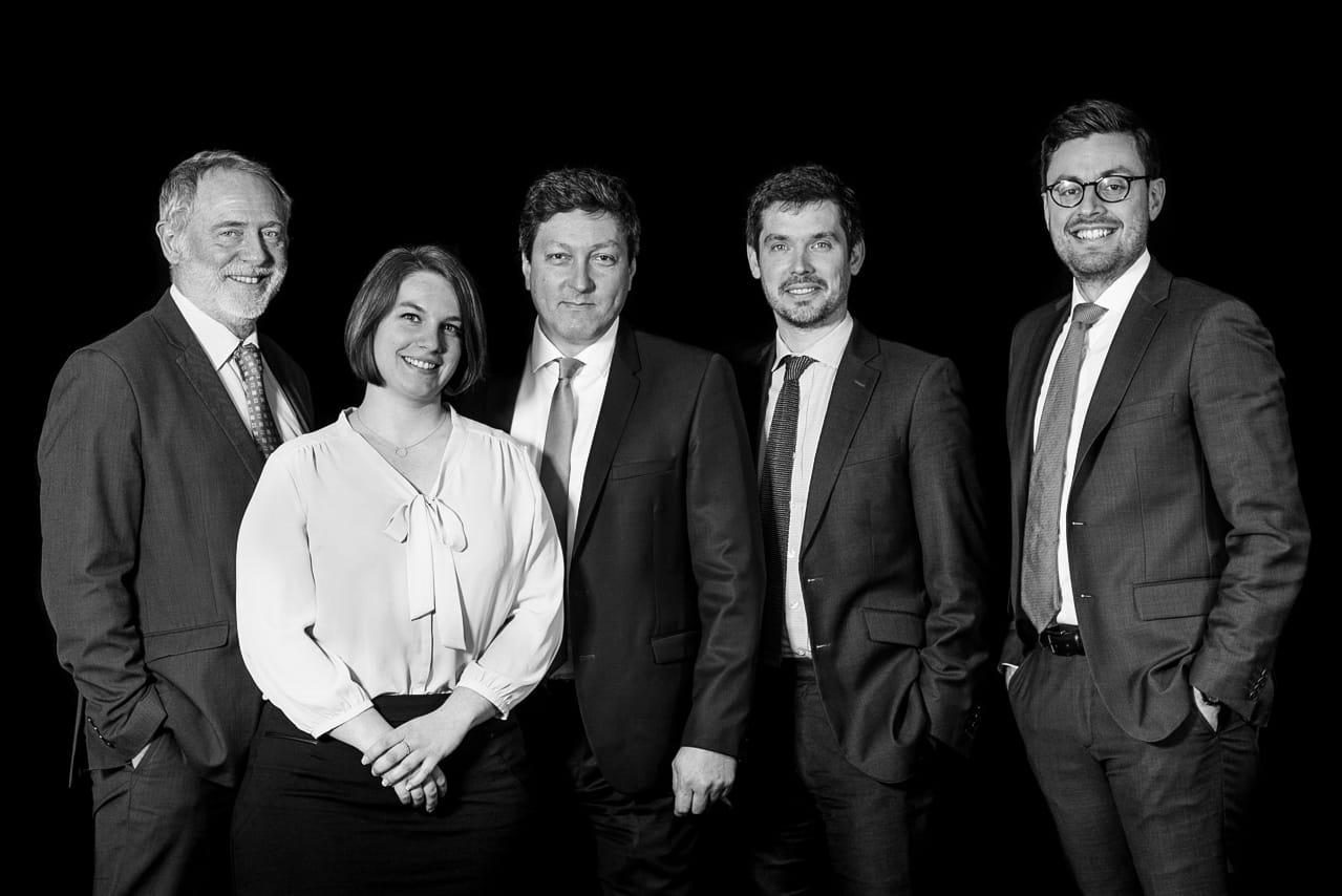 Portrait noir et blanc d'une équipe de consultants
