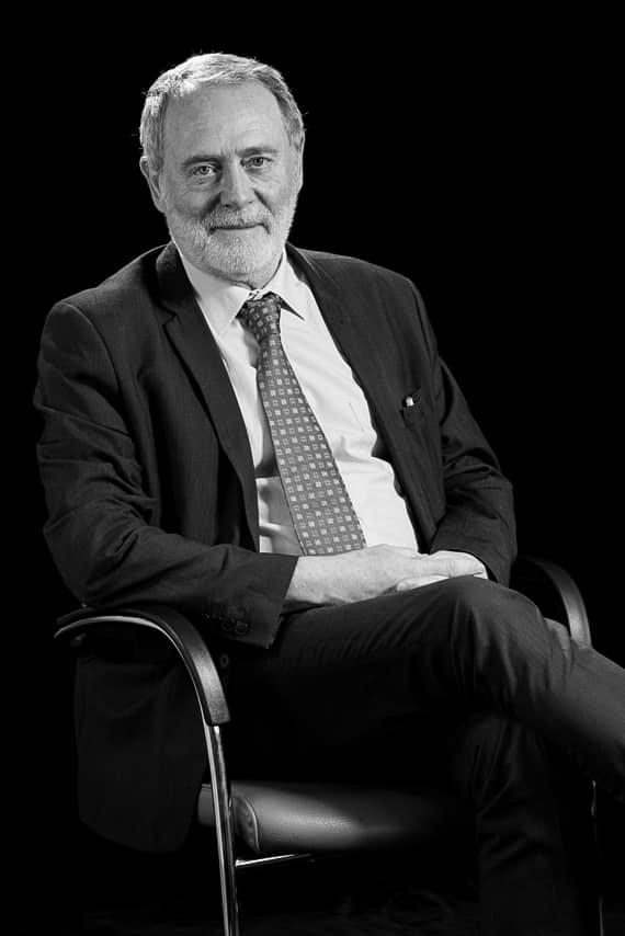 Portrait homme charismatique assis sur une chaise