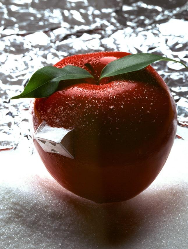 Belle pomme rouge et ronde avec bec verseur à sucre