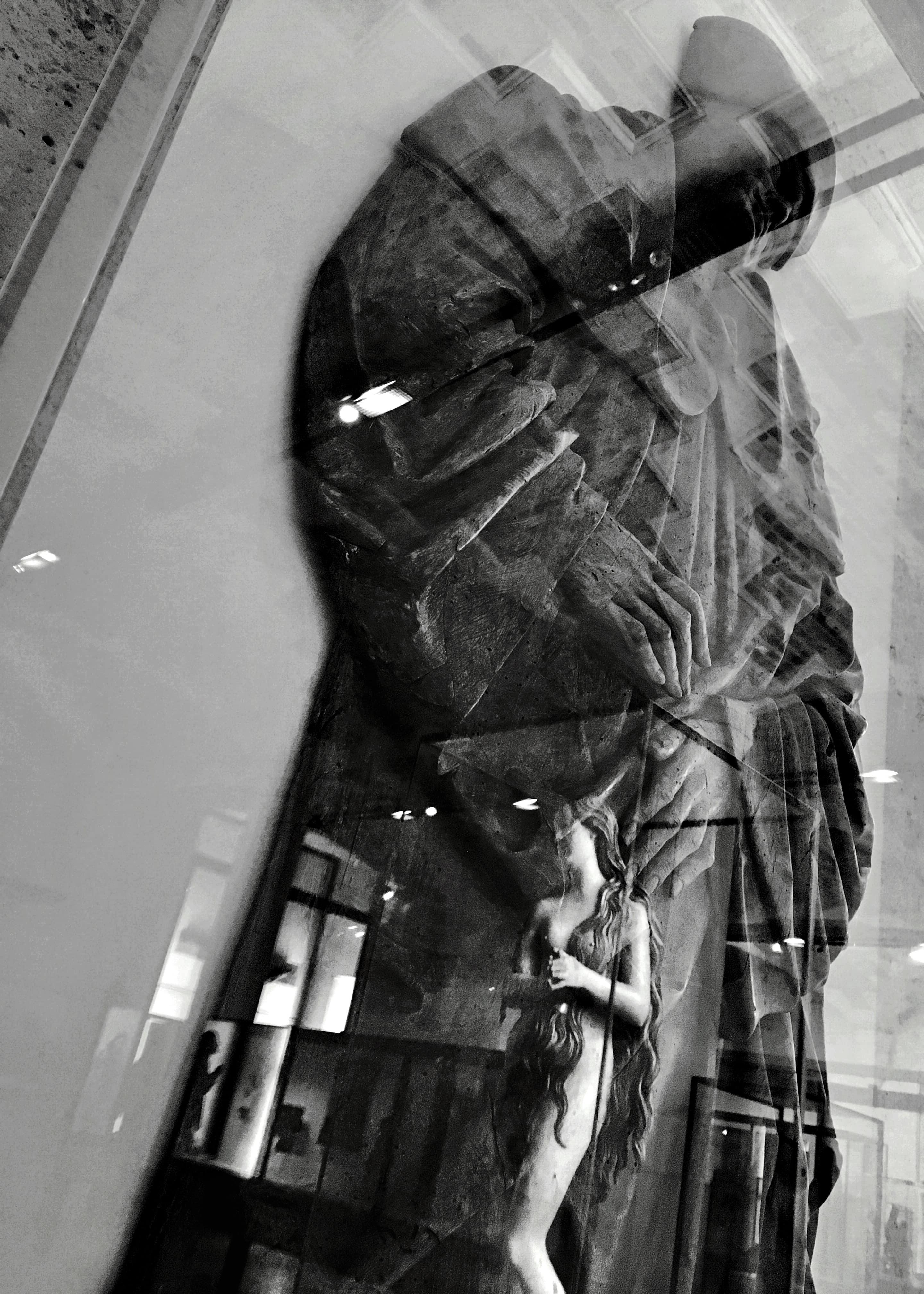 Photographie noir et blanc de la sculputure d'un homme