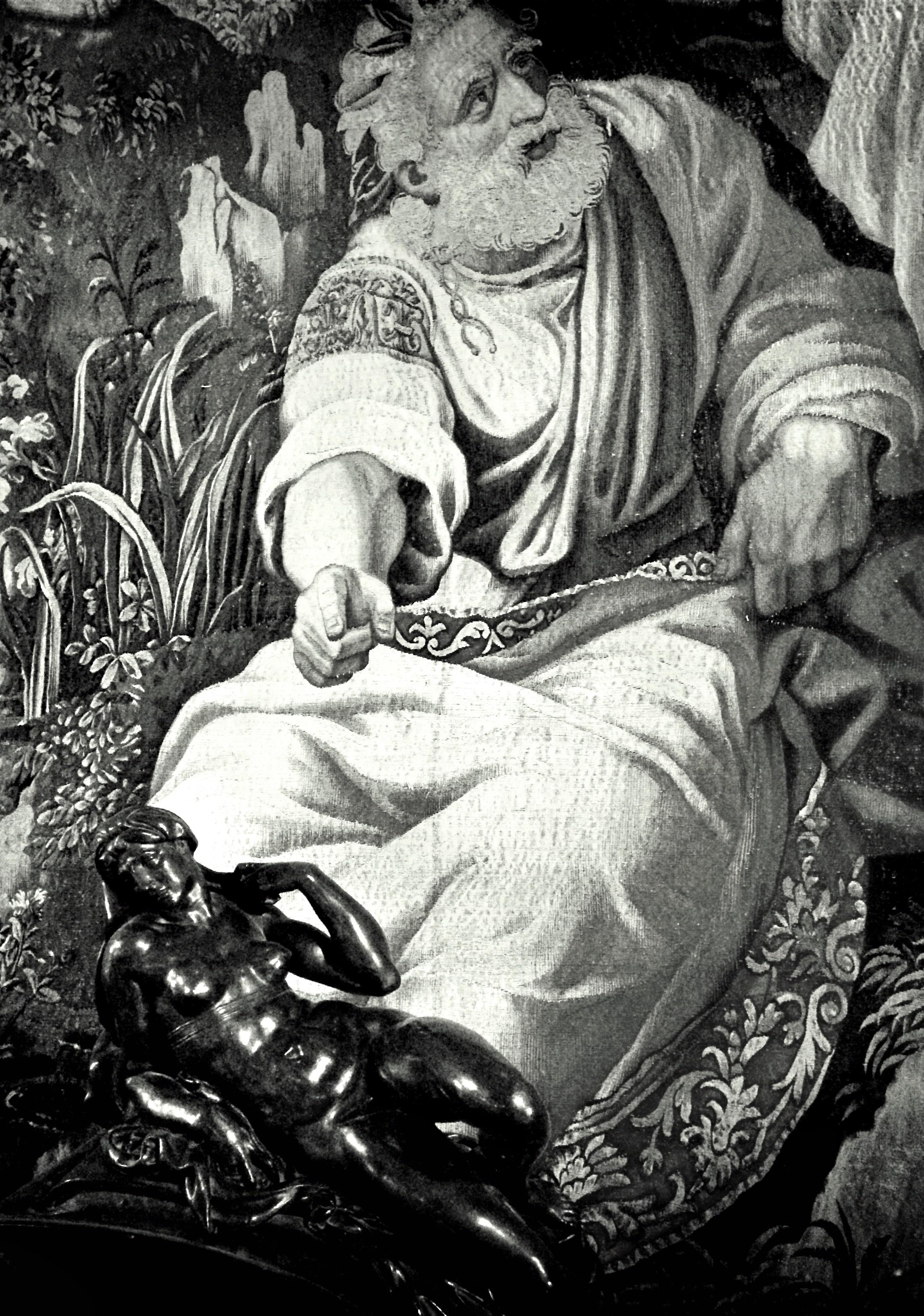 Statue de femme nue en bronze et en arrière plan une peinture la désignant du doigt