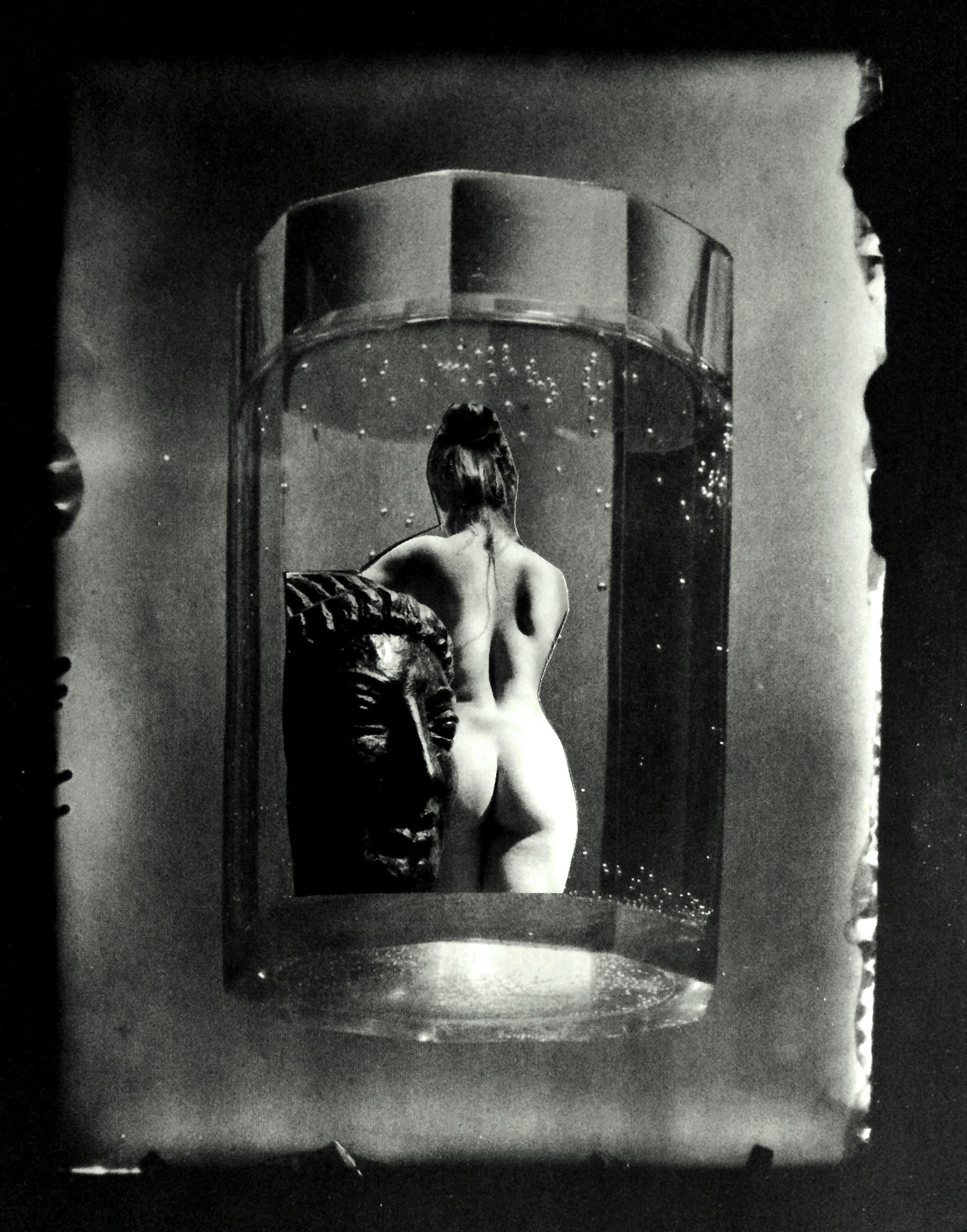 Femme de dos dénudée avec sculpture