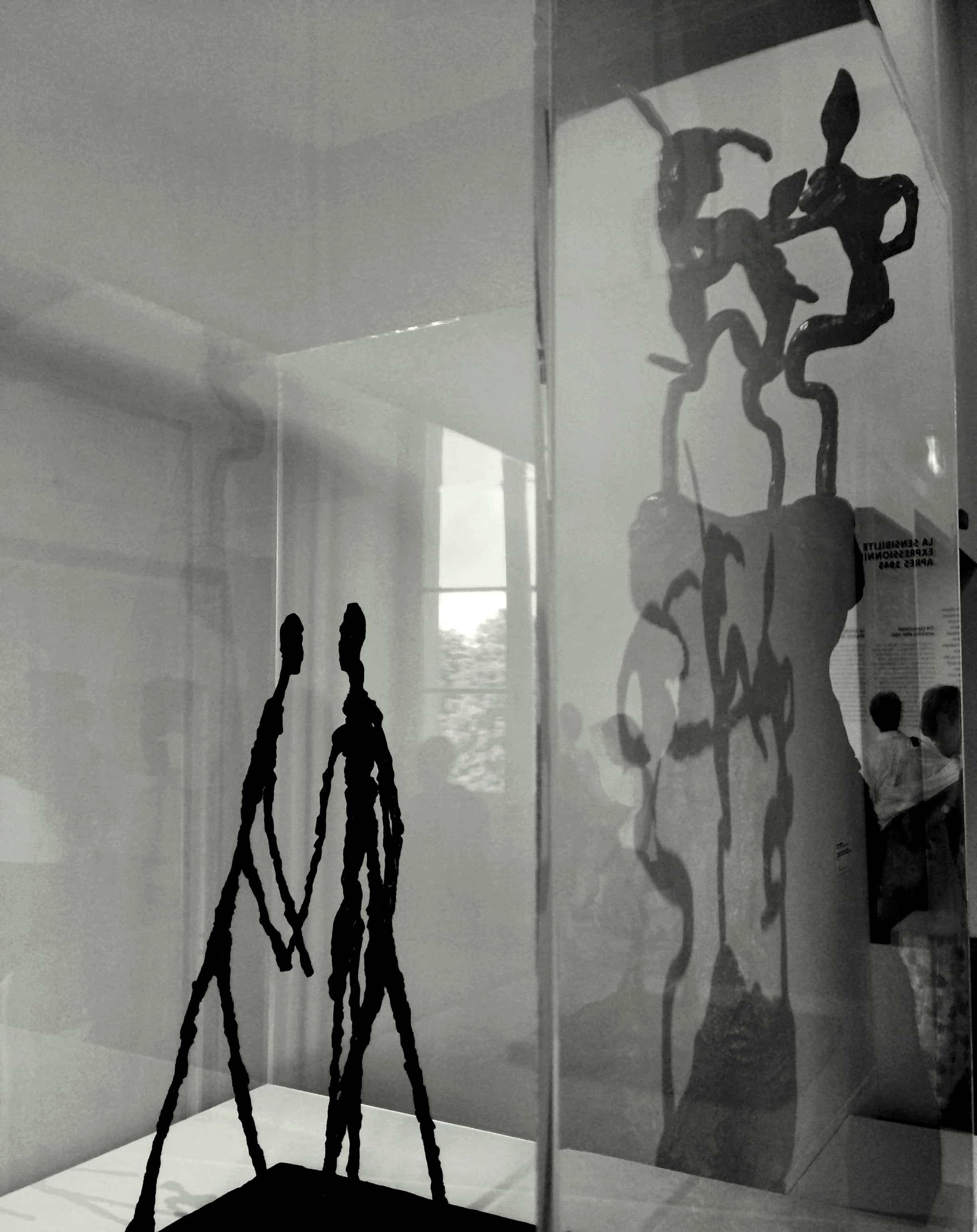 Sculpture de personnes qui marchent
