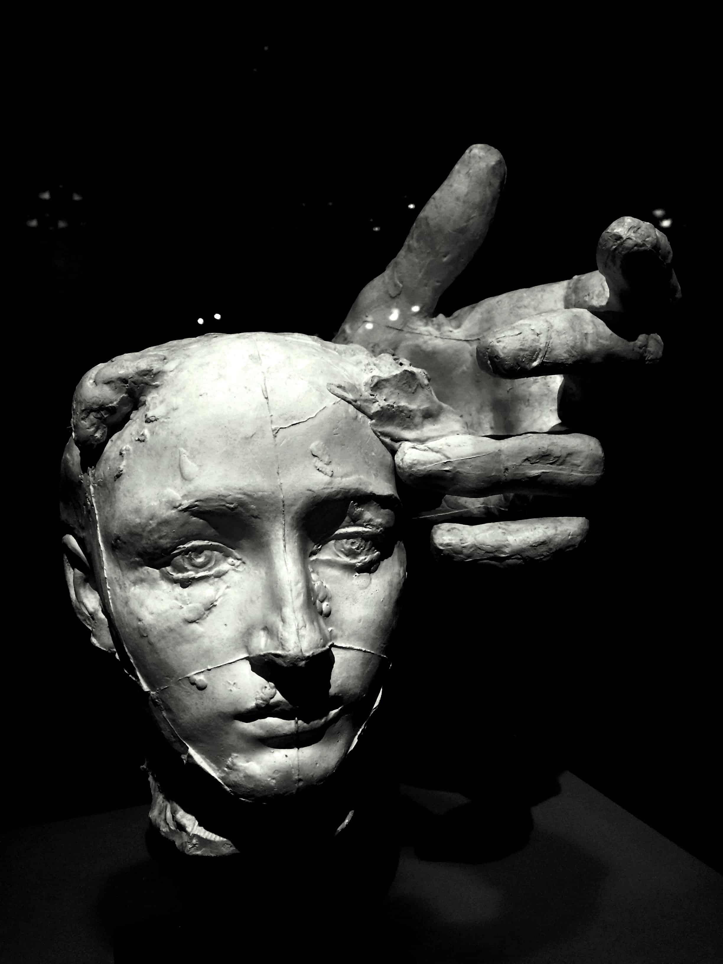 Sculpture d'un visage d'homme
