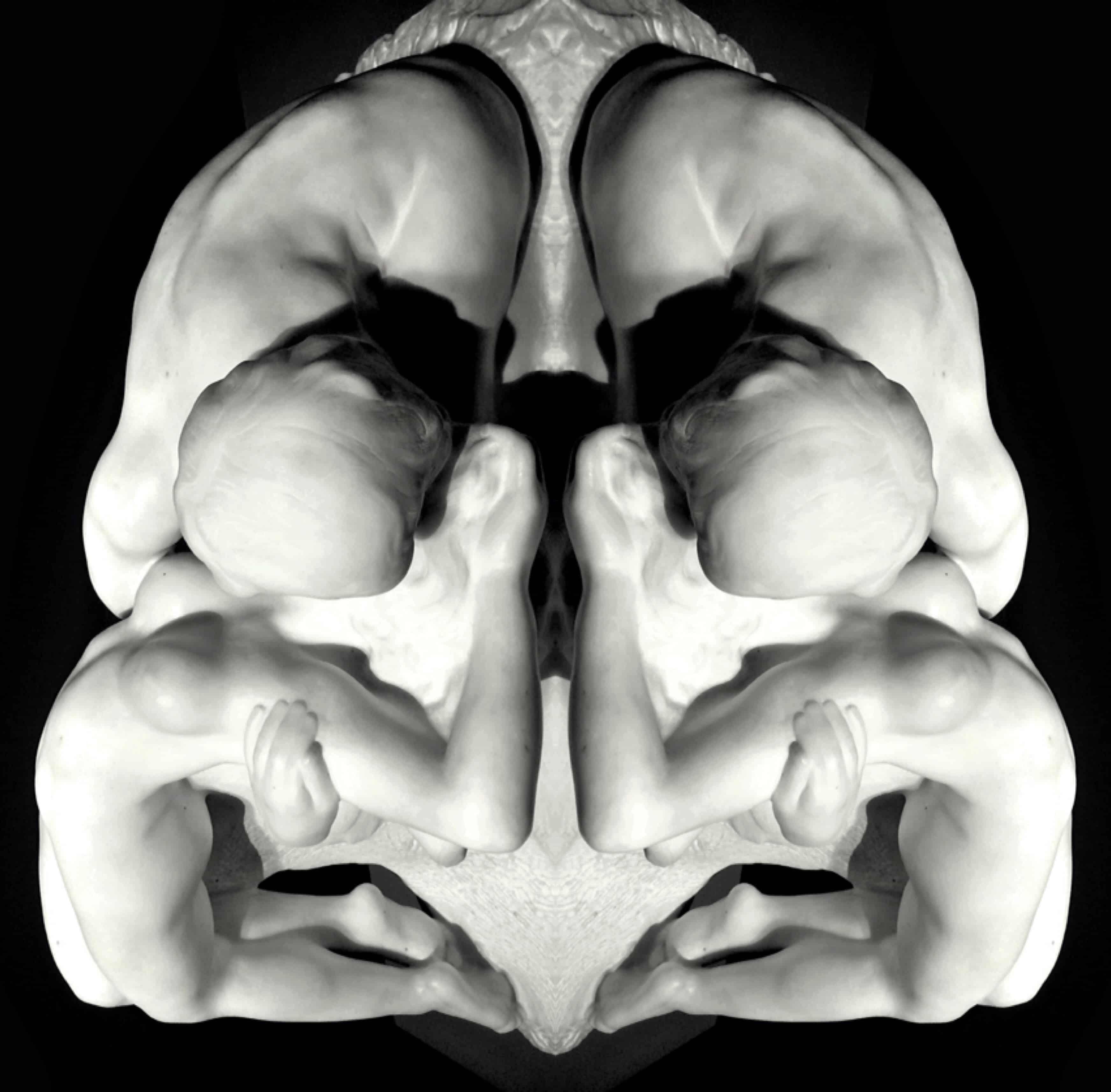 Sculpture de quatre personnages s'enlassant