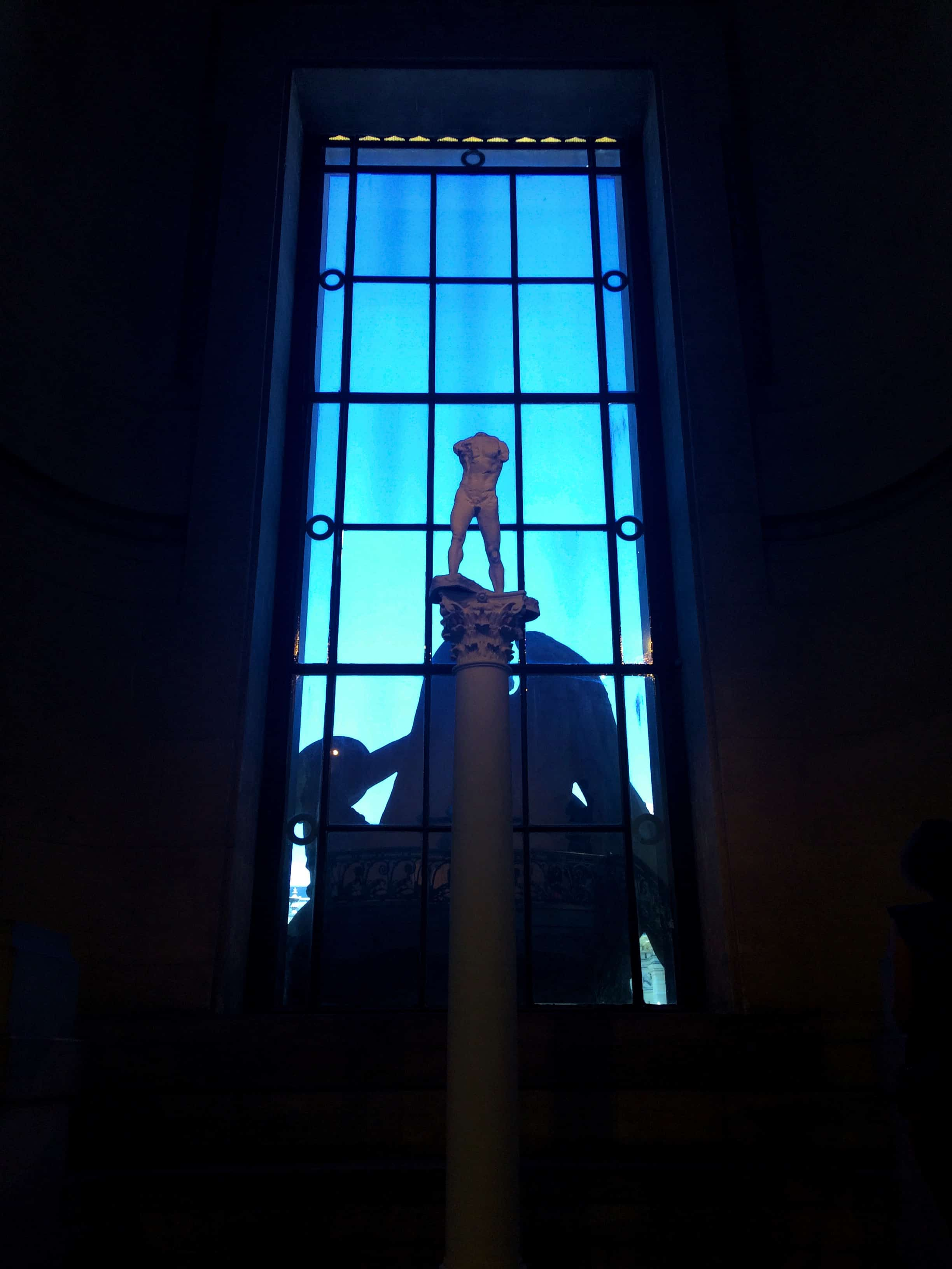 Sculpture homme nu sur une colonne