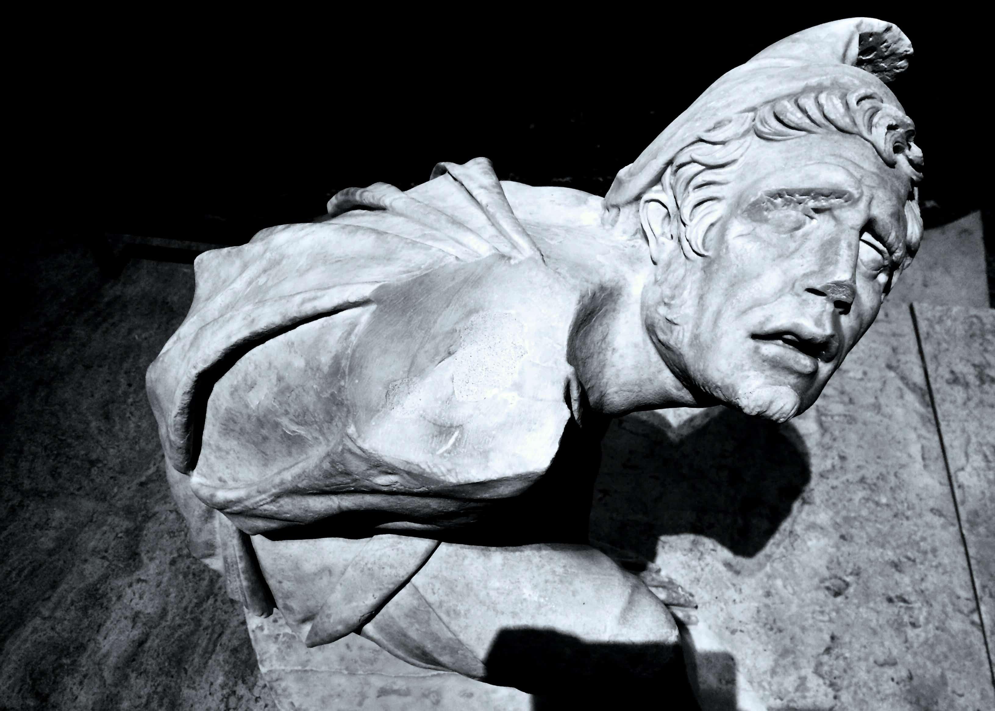 Sculpture homme agenouillé