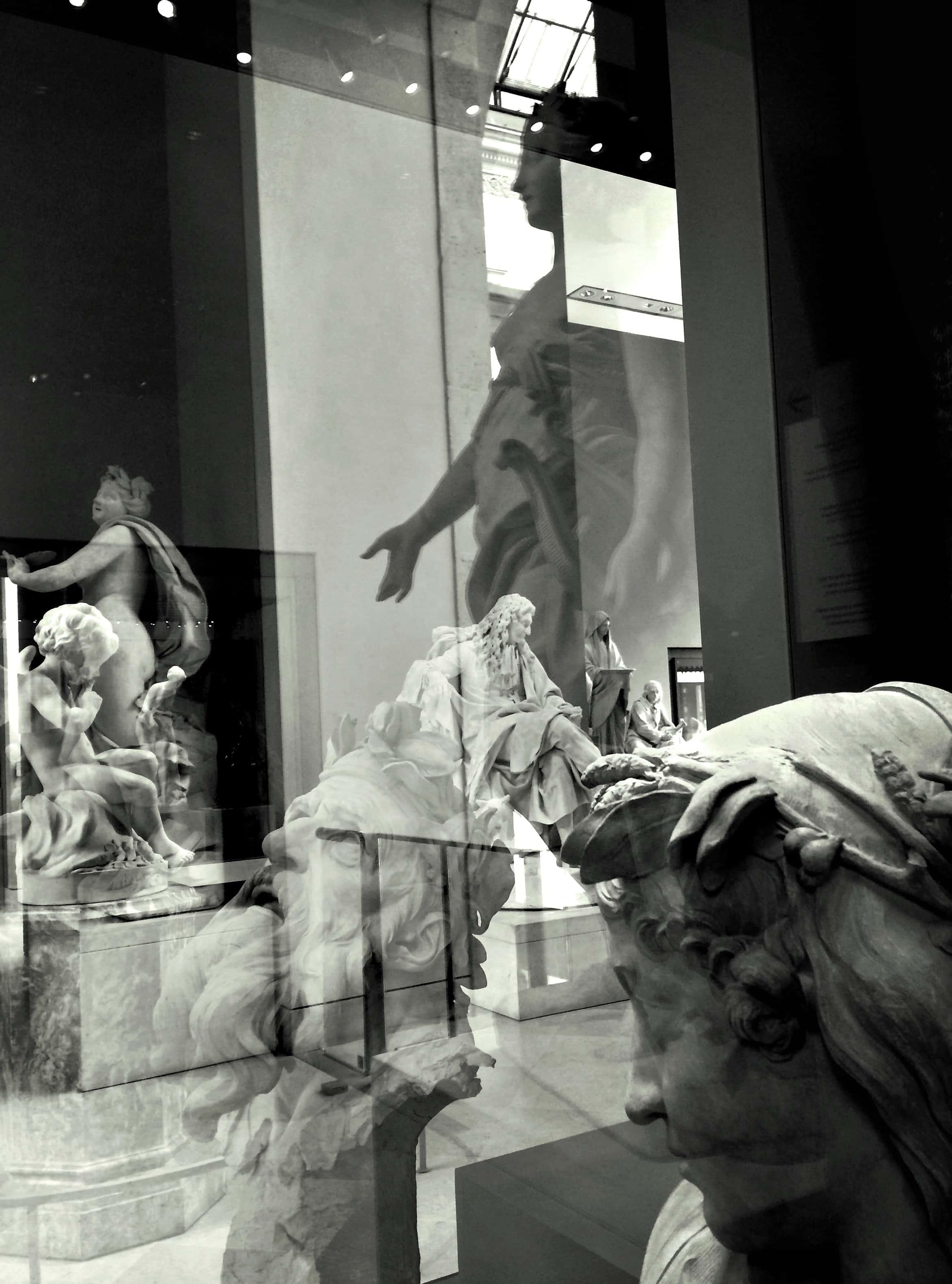 Plusieurs sculptures dans la même pièce du musée