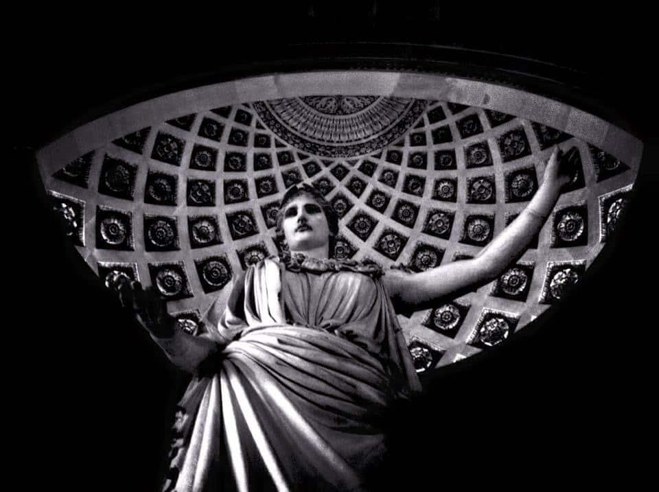 Statue grecque d'une femme avec couronne de laurier