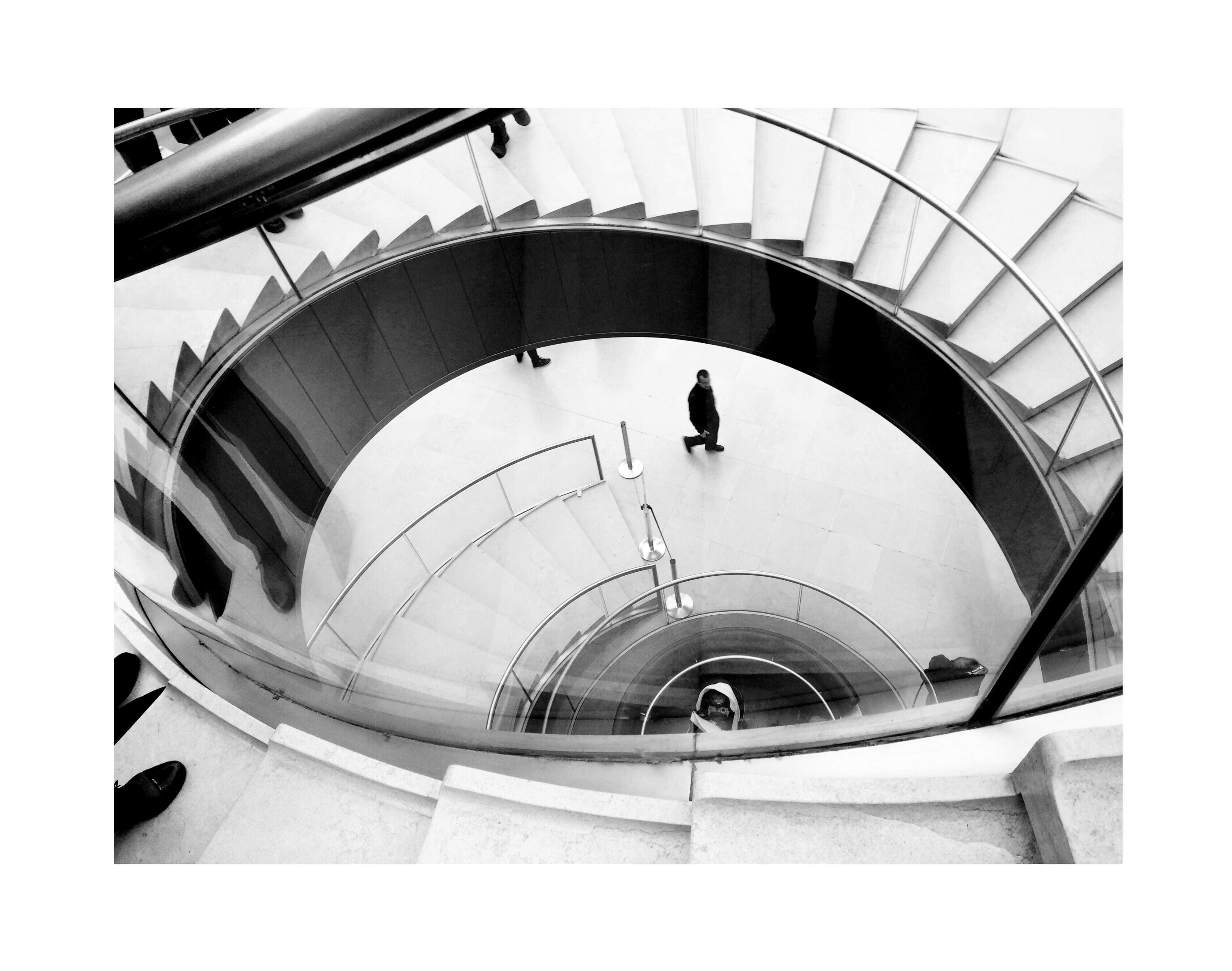 Photographie noir et blanc escalier à l'intérieur du musée