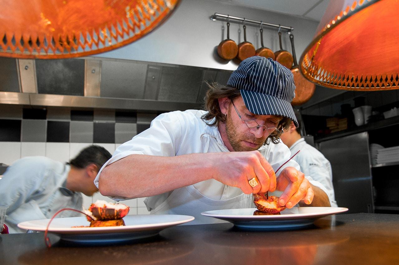 Chef dans sa cuisine préparant un plat