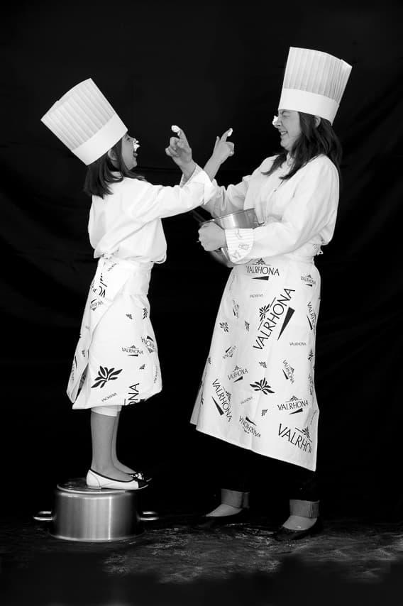 Mère et fille jouant en cuisine