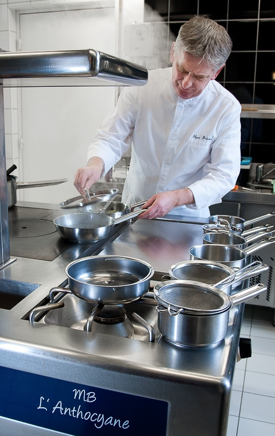 Chef Marc Briand dans sa cuisine du restaurant l'Anthocyane