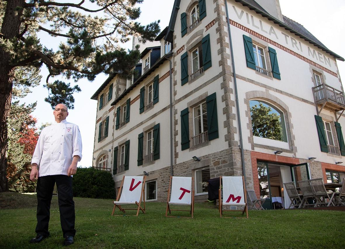 Portait du chef Frédéric Claquin dans le jardin de son hôtel Villa Tri Men