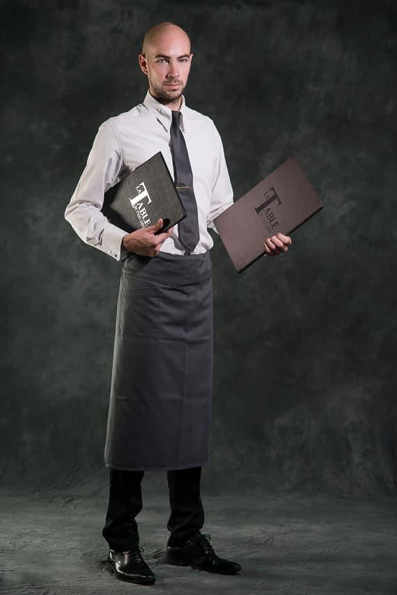 Serveur avec la carte du restaurant, La Table De Mon Père, le restaurant du Castel Beau Site