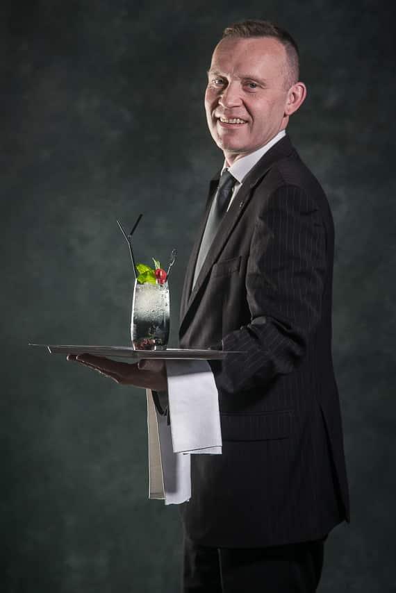 Serveur du restaurant, La Table De Mon Père avec un cocktail