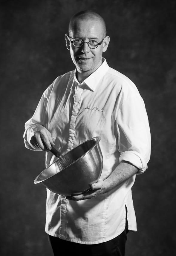Portrait noir et blanc de cuisinier avec des accessoires de cuisine