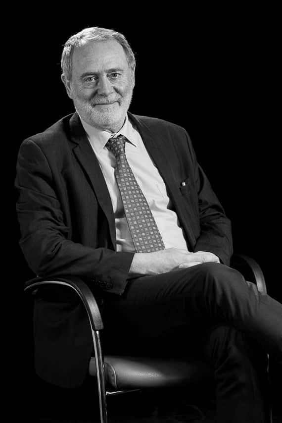Portrait de chef d'entreprise assis en noir et blanc
