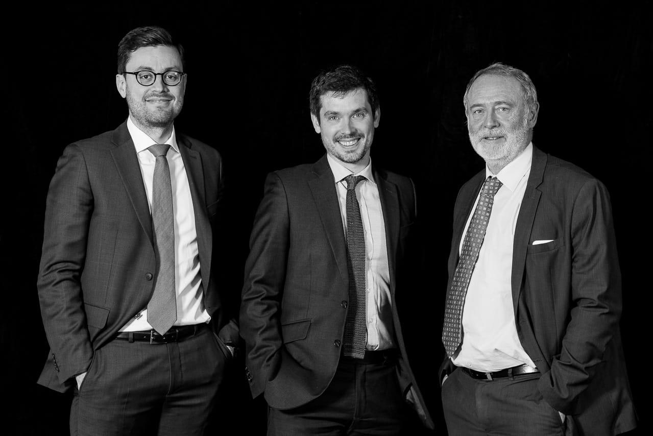 Portrait noir et blanc d'une équipe de direction