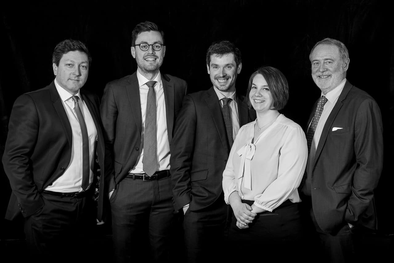 Portrait noir et blanc des membres d'un cabinet d'avocats