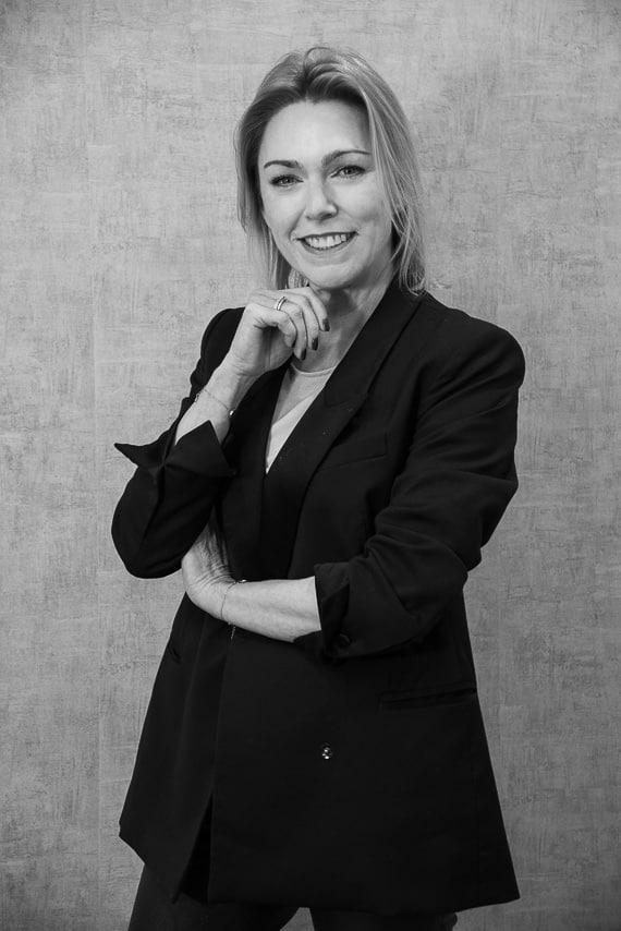 Portrait noir et blanc d'une chef d'entreprise