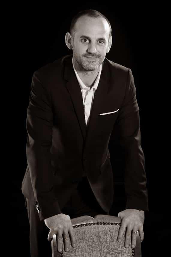 Portrait noir et blanc d'un consultant appuyé sur une chaise